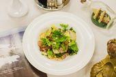 Салат с гребешком и беконом / Salad with scallops and fried bacon.