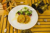 Краб - кейк с салатом и крабовым соусом / Сrab - cake