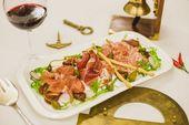 Ассорти деликатесов в европейском стиле / Plate of dry-cured meat